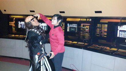 "Vulcan berusaha melakukan ""mind meld"" kepada Klingon. Foto: Desi Sumardji"